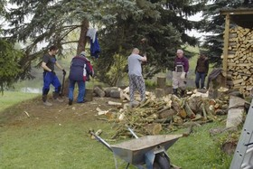 unsere fleißigen Mitglieder beim Brennholzmachen ….
